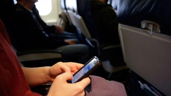 Приморская авиакомпания разрешила пользоваться смартфонами на взлете и посадке