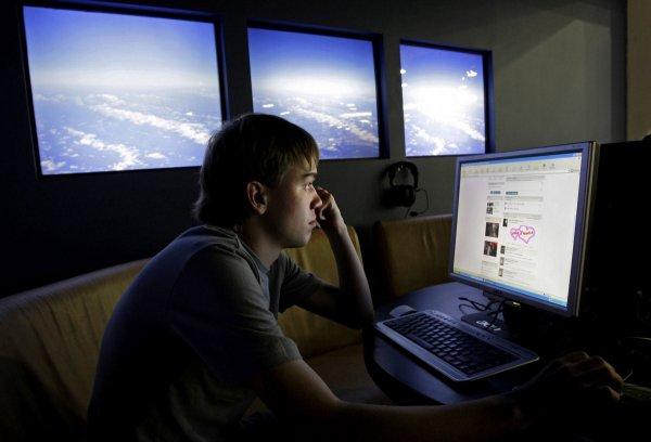 Соцсети и крупные корпорации ограничивают людей в развитии - исследование