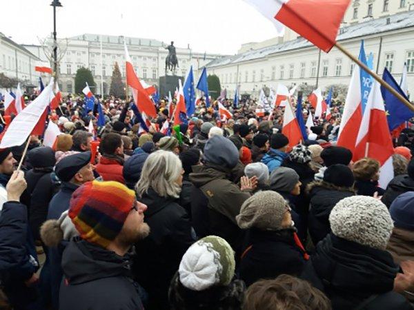 Массовые протесты в Польше переместились к зданию парламента