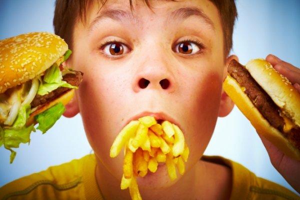 Реклама фастфуда влияет на склонных к ожирению детей - ученые