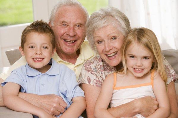 Уход за внуками может увеличить продолжительность жизни - ученые