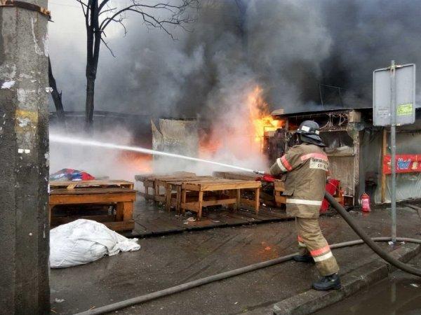 В Киеве при пожаре на рынке погиб один человек