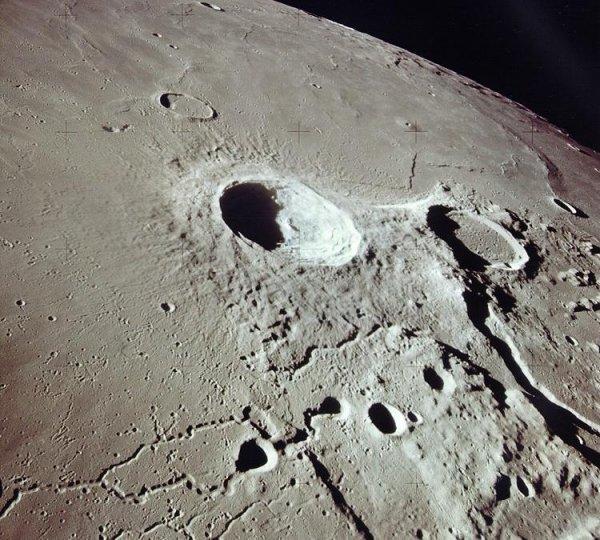 Ученые NASA задумались о колонизации лунных кратеров