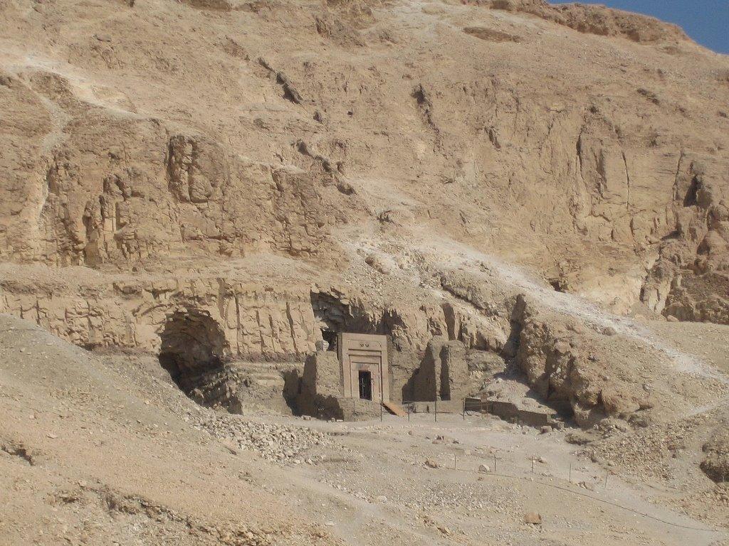 Египте нашли 12 древних гробниц