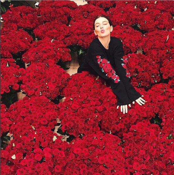 Анна Седокова похвасталась множеством цветов— млн алых роз