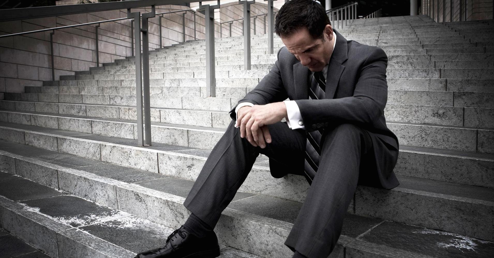 Картинка мужик на коленях в печали