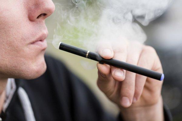 Курение электронных сигарет вызывает рак полости рта - Ученые