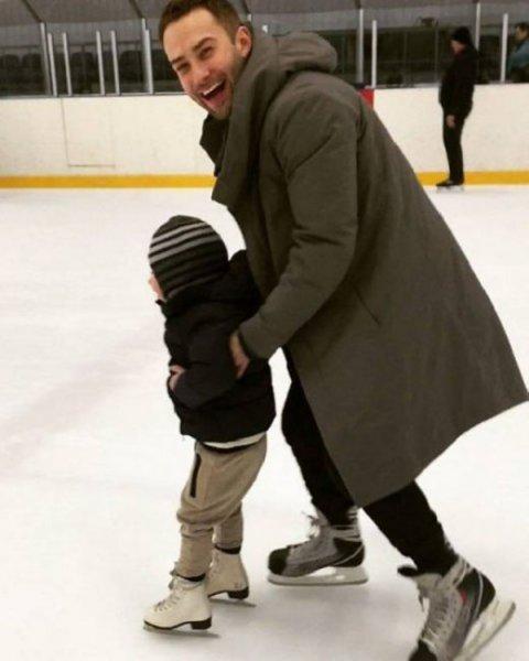 Телеведущий Дмитрий Шепелев учит сына кататься на коньках