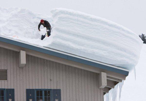 В Ижевске обрушилась крыша жилого дома из-за снега