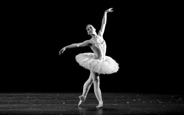 В Ростове балерина станцевала на зимней улице