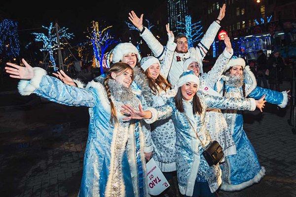 В Москве на парад вышли сотни Снегурочек