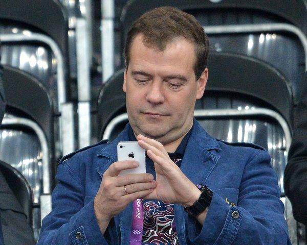 """Медведев впервые оценил в Twitter пост пользователя о """"Шерлоке"""""""