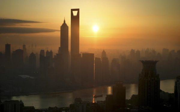 Жители Китая увидели в небе летающий город