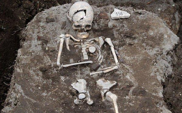В Англии нашли захоронение с камнем вместо языка