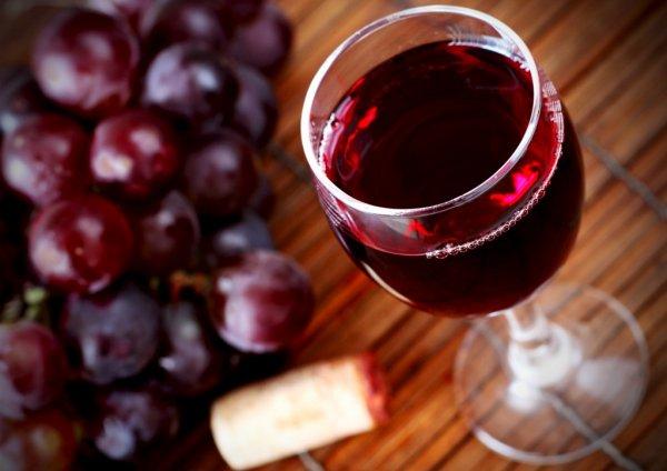 Ученые: Употребление красного вина предупреждает появление лишнего веса