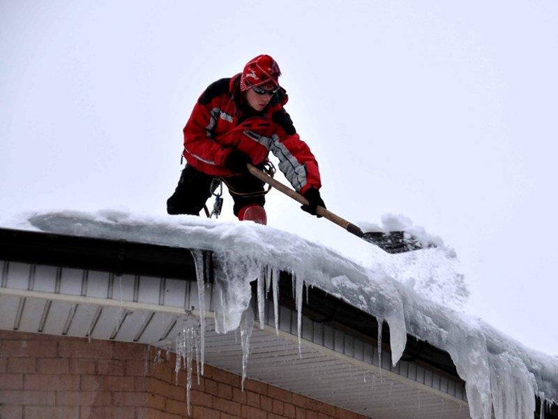 Как очистить крышу от снега с помощью веревки