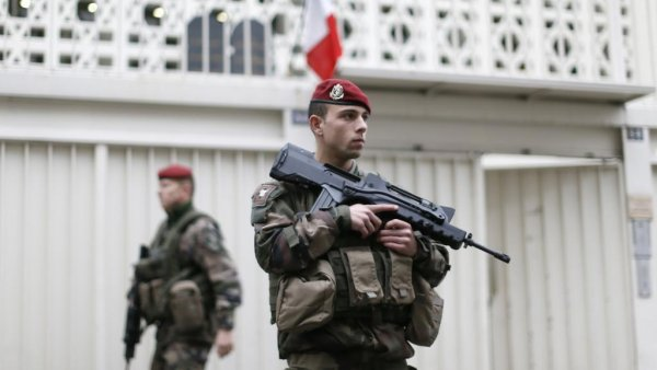 Французских солдат обокрали во время обеда в McDonald's