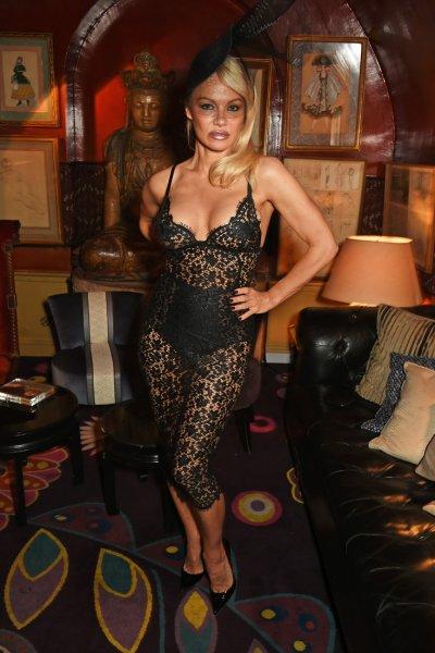 """Памела Андерсон посетила светское мероприятие в """"голом"""" платье с обнаженной грудью"""