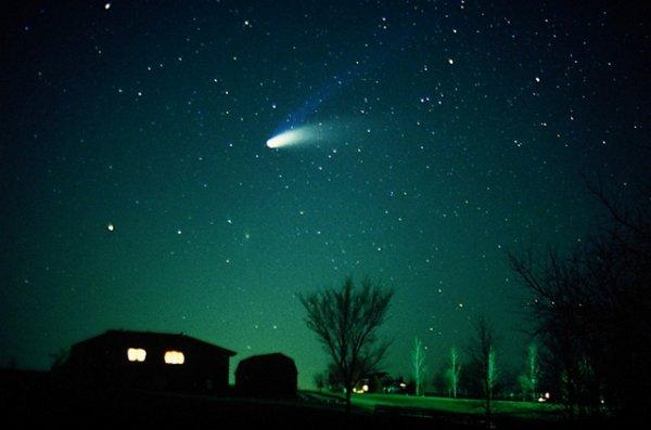 """К Земле приближается необыкновенная """"зеленая"""" комета"""