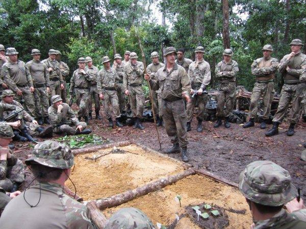 Пользователи Сети разыскивают 12 английских солдат в джунглях Брунея