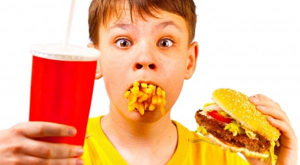 Эксперты: Детские книги могут приучить детей к вредной еде