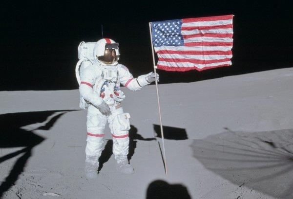 Астрономы рассказали о судьбе водруженных на Луне американских флагов