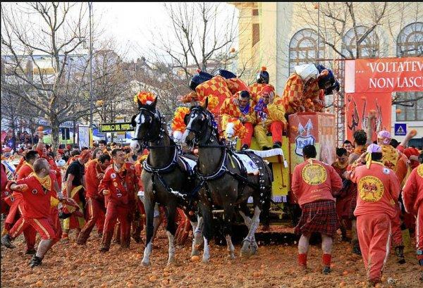 В Италии на карнавале прошла апельсиновая битва
