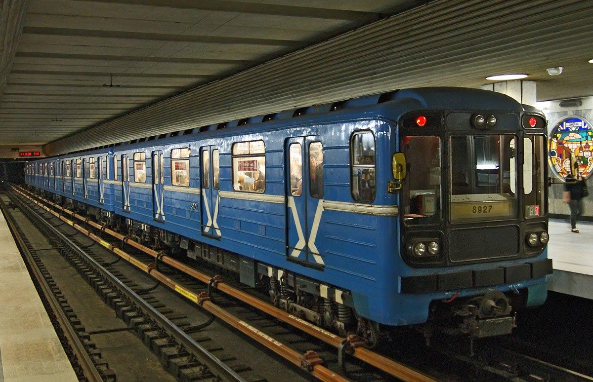 девушка и знакомства в метро