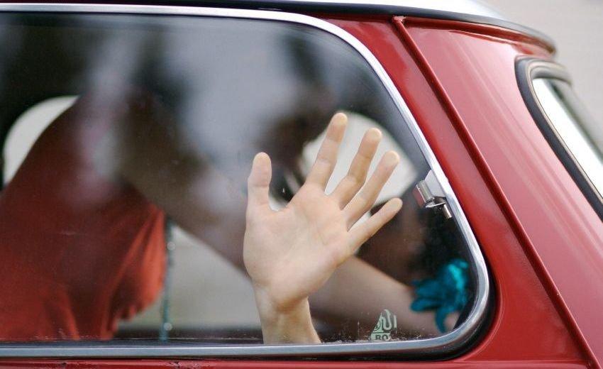 Учитель с учеником в машине смотреть