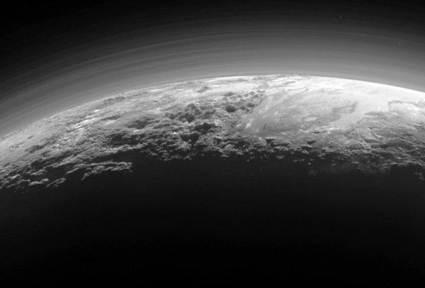Ученые заметили на Плутоне органический туман