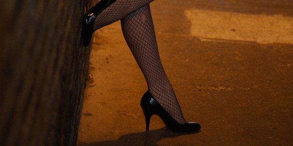 Британский полицейский заявил на свою супругу-проститутку