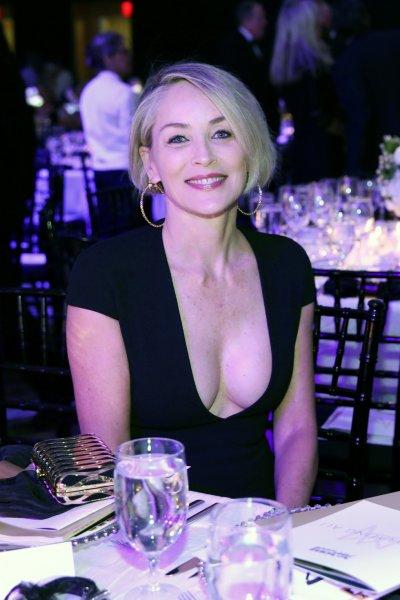 59-летняя Шэрон Стоун продемонстрировала свою грудь на благотворительном вечере