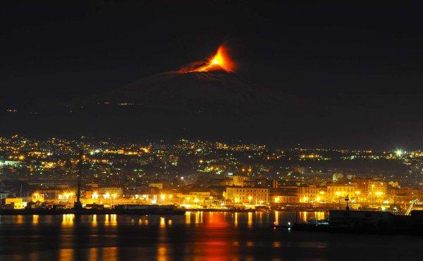 Необычный световой столб сопутствовал новому извержению вулкана Этна