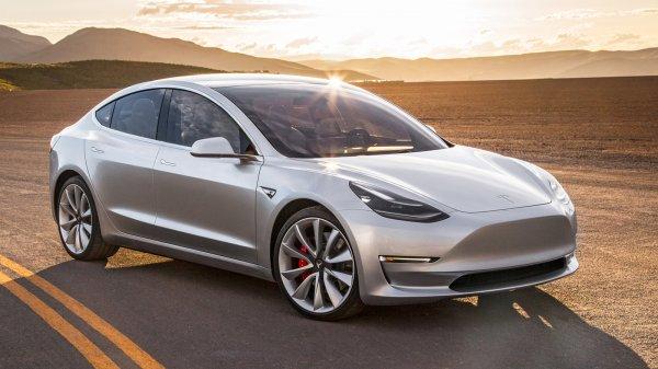 Илон Маск первым прокатился на Tesla Model 3