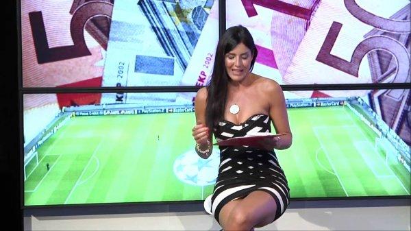 В Италии телеведущая нечаянно оголила часть своего тела в прямом эфире