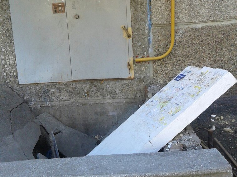 ВЧелябинске крыльцо многоквартирного дома ушло под землю