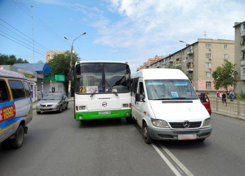 Восемь человек травмированы вДТП с 2-мя автобусами вАстрахани