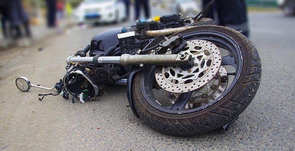 Двое молодых людей намотоцикле попали под колеса машины вАрзамасе