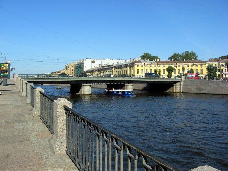 Вцентре Петербурга иностранная машина  упала вреку