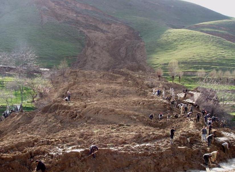 Оползень сошел надома слюдьми вселе Кыргызстана
