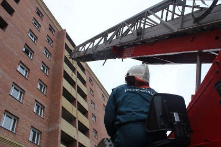 Изгорящего дома вКазани работники МЧС спасли 30 человек