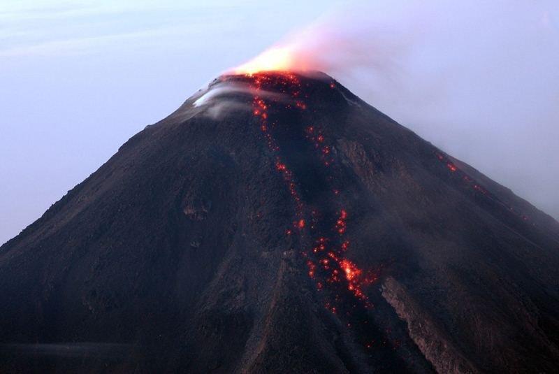 Уфолог нашел навидео два светящихся НЛО умексиканского вулкана Колима