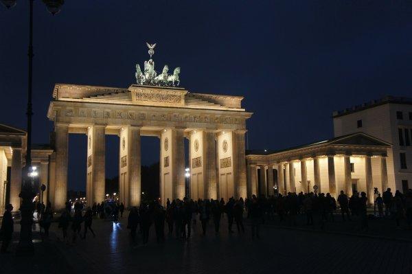 Берлин не высветит Бранденбургские ворота в цвет флага России