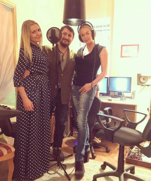 Анастасия Волочкова записывает песню о дружбе