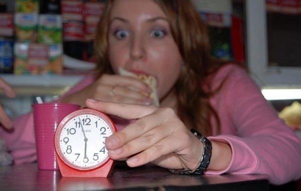 Ученые: Отказ от еды после 18.00 не способствует похудению