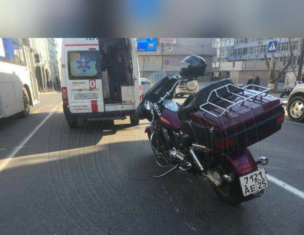 Мотоциклист провалился в дорожную яму во Владивостоке