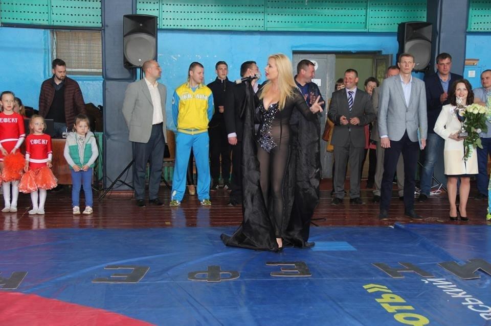 Полуголая украинская эстрадная певица состразами наинтимных местах выступила надетском турнире