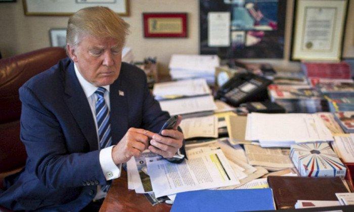 Сенатор предложил отобрать уТрампа iPhone из-за его последних твитов