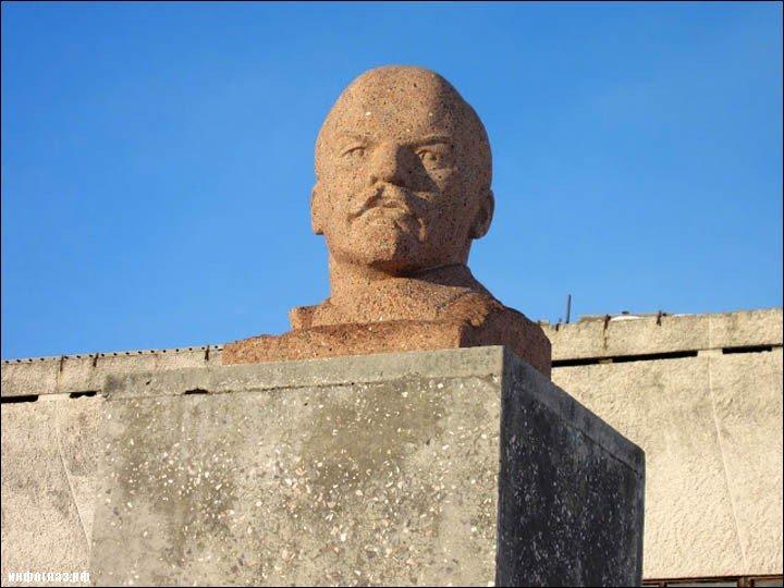 ВУкраинском государстве бетонная плита из-под снесенного монумента Ленину упала наподростка