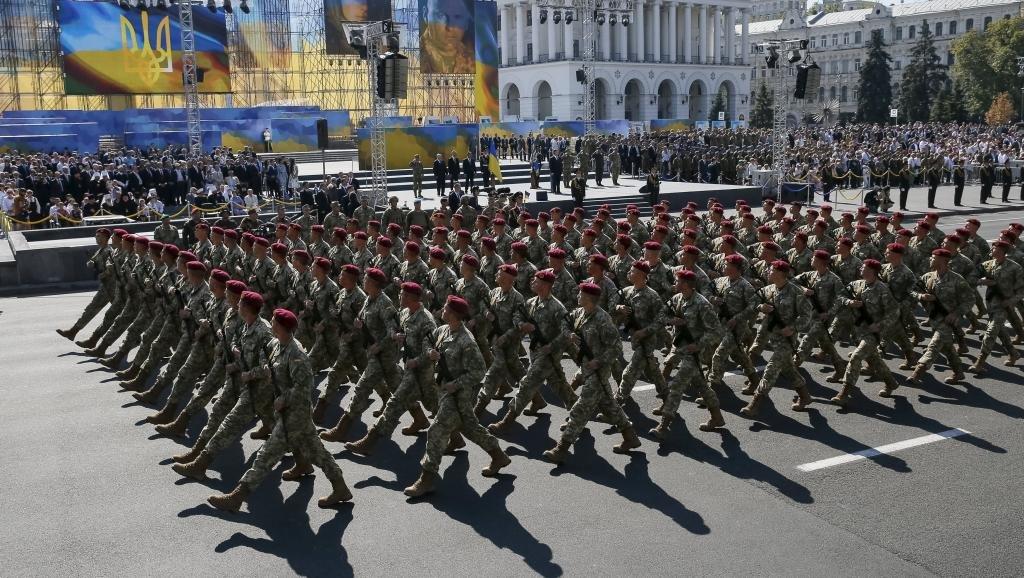 ВКиеве работники милиции отнимают удемонстрантов георгиевские ленточки